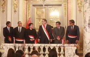 Martín Vizcarra y los nuevos ministros de su Gobierno.