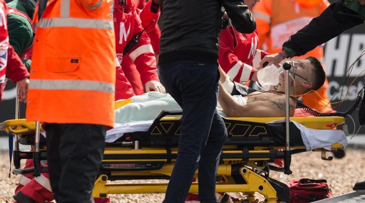 El piloto catalán Tito Rabat es retirado en camilla del circuito de Silverstone al sufrir hoy, en un entrenamiento con lluvia, una triple fractura de fémur, tibia y peroné en su pierna derecha.
