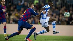 Piqué intenta frenar a Isak en el Barça-Real del Camp Nou.