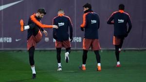 Piqué, en el último entrenamiento del Barça antes de viajar a Mestalla para la Copa.