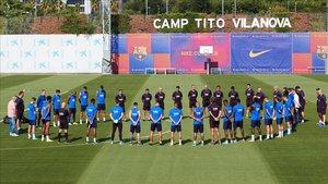 La plantilla del Barça en el minuto de silencio que realizó en la ciudad deportiva de Sant Joan Despí.