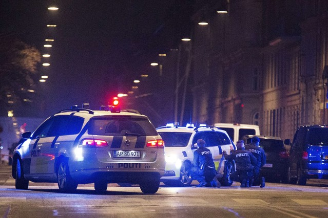 La policía danesa detrás de los coche patrulla en las calles de Copenhage.