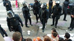 La policía frente a los concentrados en el desalojo de Sants.