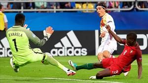 Bellerín, ante los portugueses Edgar y el guardameta Varela, durante un partido del Campeonato de Europa Sub-21 disputado entre Portugal y España.