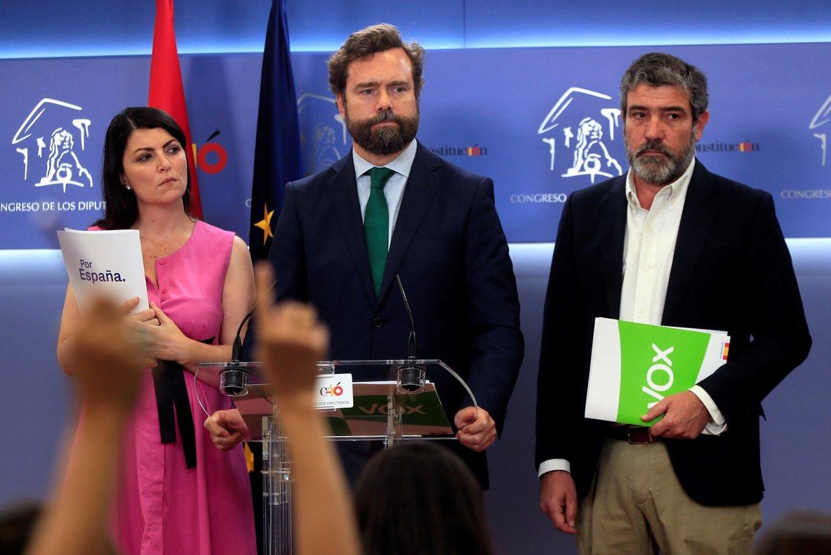 Ivan Espinosa de los Monteros,portavoz de Vox en el Congreso,con el resto de sus compañeros de partido.