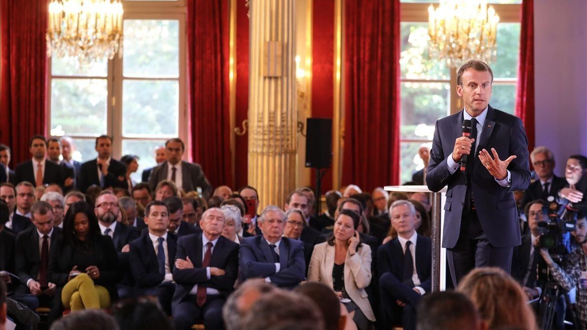 Macron durante su intervención en el Elíseo antealcaldes,empresarios y miembros de asociaciones de las banlieus.