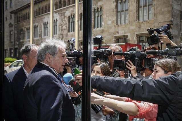 El presidente de la Diputación de Valencia atiende a los medios de comunicación frente a la Generalitat valenciana, el pasado jueves.