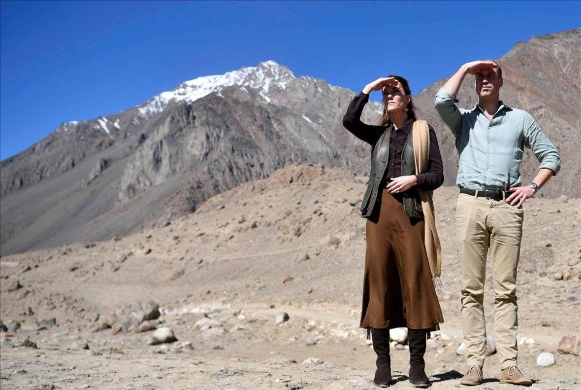 El príncipe Guillermo y su esposa, Catalina, en su visita al glaciar Chiatibo, en Paquistán, el pasado octubre.