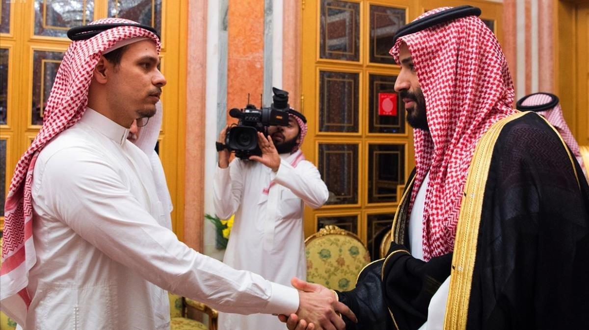 El príncipe heredero Mohamed bin Salman (derecha) saluda a Salah Kashoggi, hijo del periodista asesinado en Estambul.
