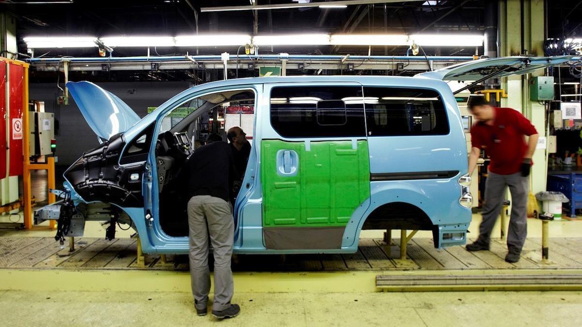 Producción de la furgoneta eléctrica eNV200 en la planta de Nissan en la Zona Franca.