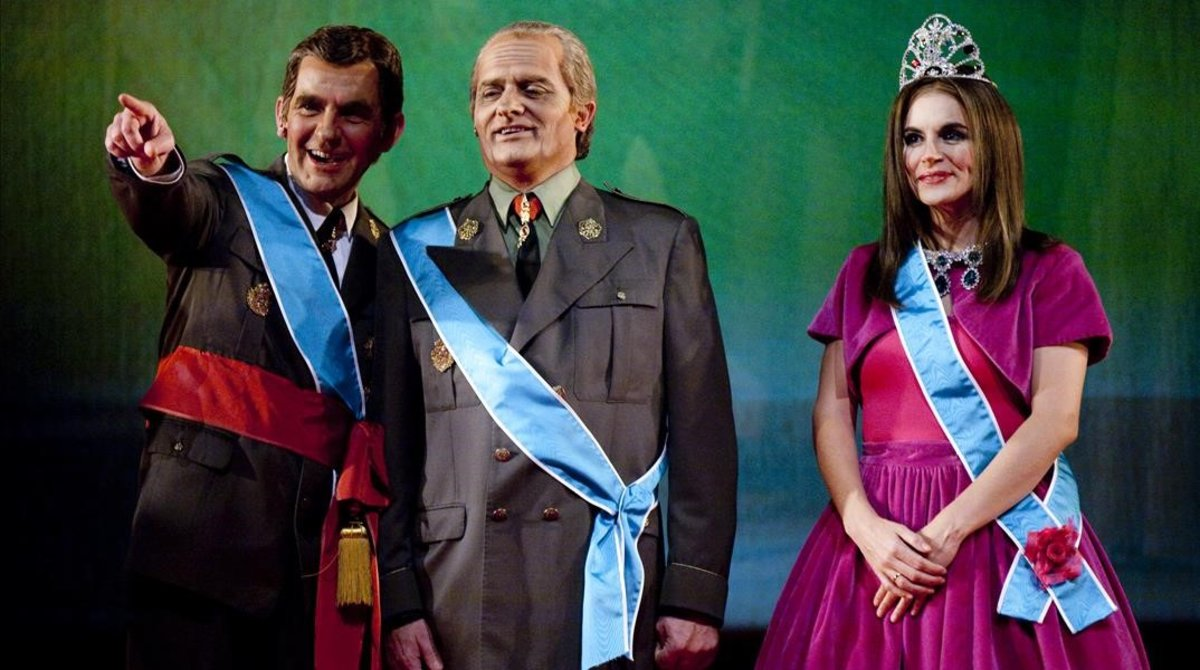 Novel, en la piel del príncipe Felipe, junto con Toni Albà (rey Juan Carlos) y Agnés Busquets (princesa Letizia), en la obra 'La familia irreal'.