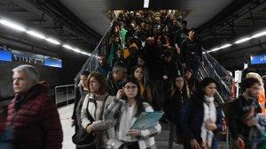 Se reabre la entrada de La Sagrera tras el cierre por las aglomeraciones de pasajeros.