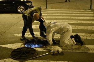 Investigadores de los Mossos inspeccionan las cloacas durante la redada contra una organización de tráfico de droga y armas en Sant Roc.