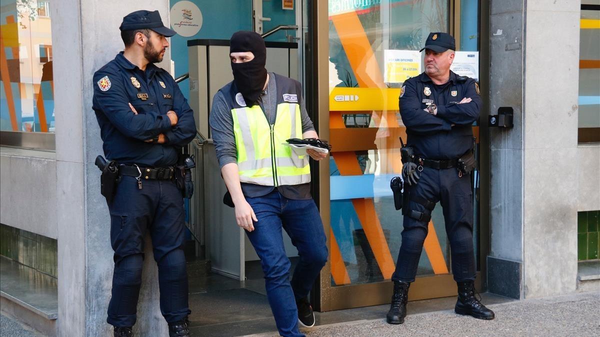 Registro policial en la Fundació Plataforma Educativa de Girona.