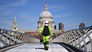 Un trabajador con mascarilla en uno de los puentes de Londres