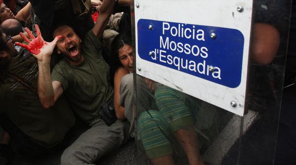 Les forces de l'ordre desallotgen els indignats de la plaça de Catalunya, el 27 de maig passat.