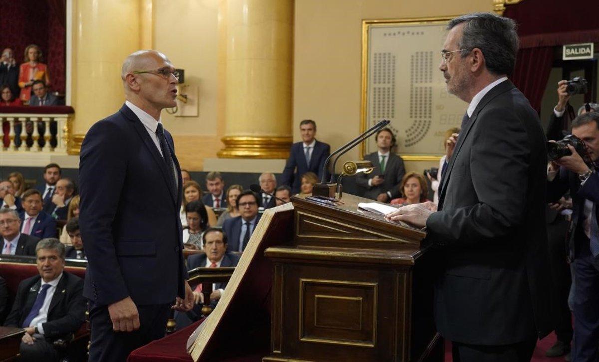 Raül Romeva (ERC) toma posesión como senador ante el presidente del Senado, Manuel Cruz.