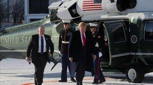 El presidente de EEUU, Donald Trump, se dirige hacia el Centro de Convenciones de Davos tras aterrizar con el helicóptero presidencial.