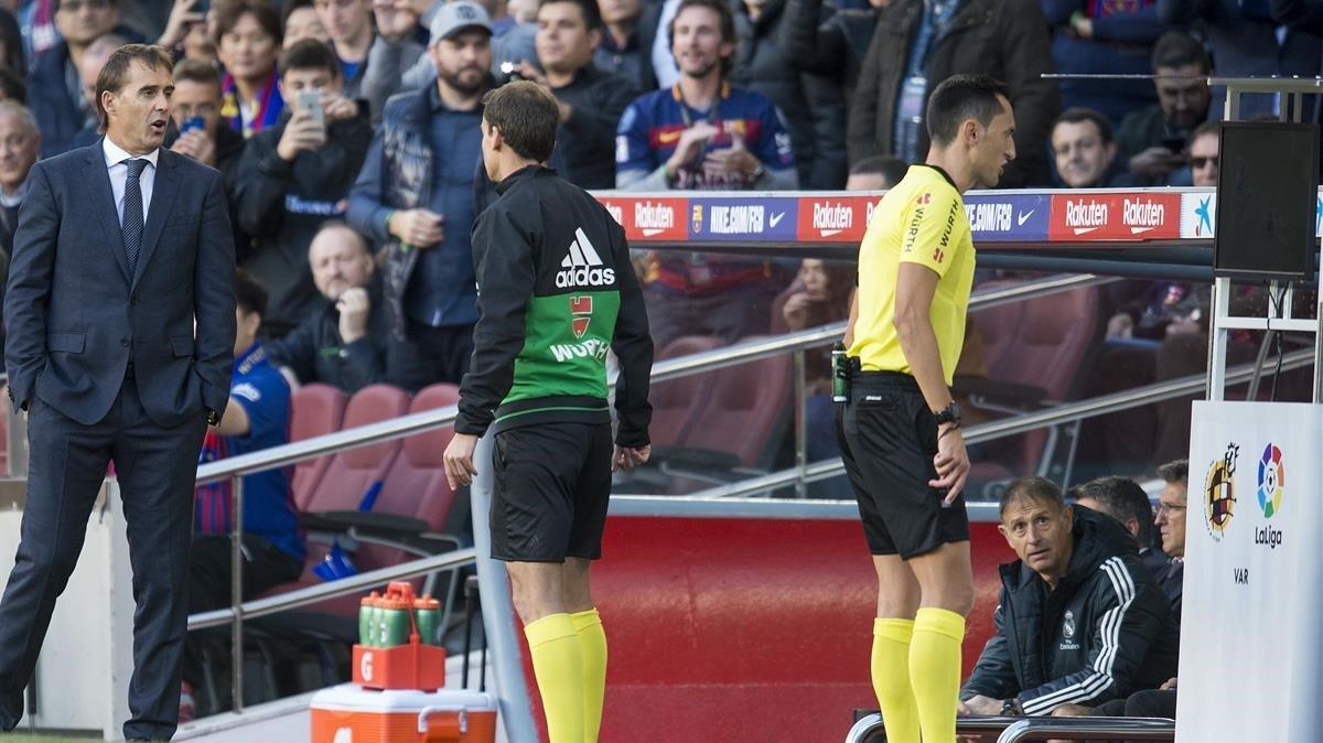 El árbitro Sánchez Martínez consulta el VAR en el Barça-Madrid disputado en octubre.