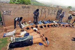 La Policía de El Salvador detiene a sospechosos.