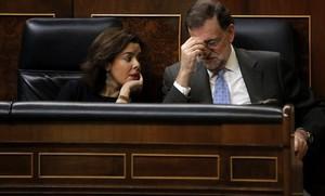 Santamaría y Rajoy, en sus escaños del Congreso, ayer.