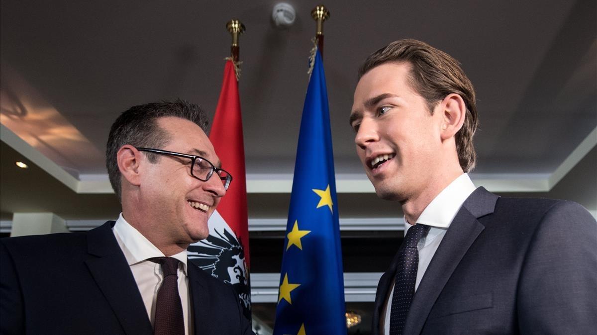 Sebastian Kurz (derecha) y Heinz-Christian Strache, tras la conferencia de prensa celebrada en el monte Kahlenberg, en Viena, el 16 de diciembre.