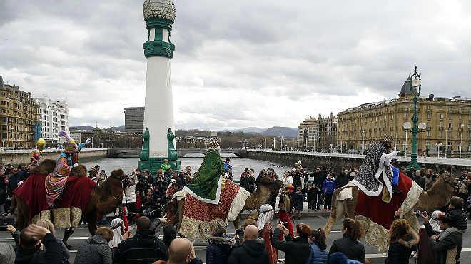 El rey Melchor sufrió una segundacaída, mucho más aparatosa, durante la cabalgada en San Sebastián