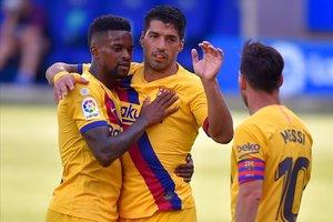 Semedo celebra su primer tanto en la liga junto a Suárez y Messi