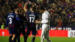 Sergio Ramos, triste tras la derrota en el Ciutat de Valencia ante el Levante.