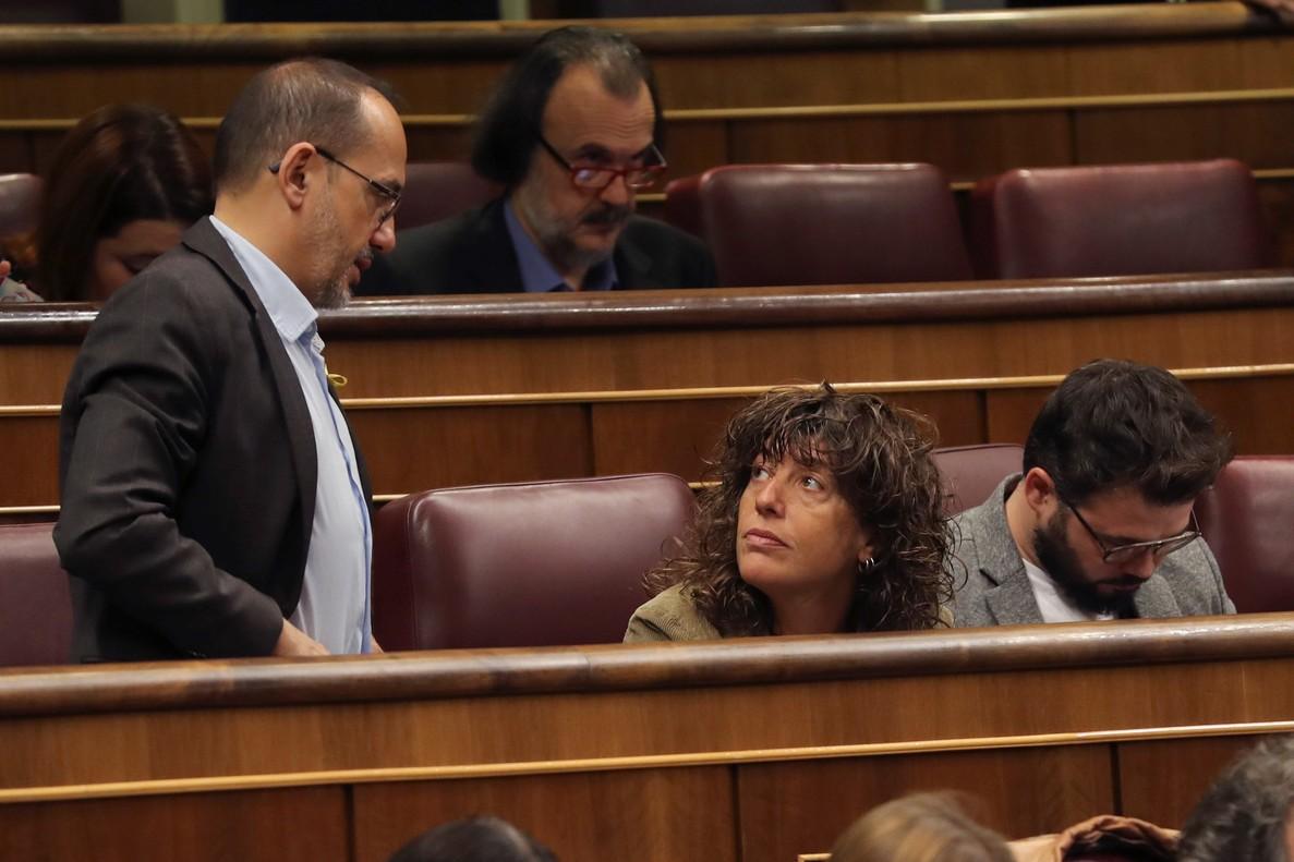 El portavoz del PdeCat, Carles Campuzano, conversa con los diputados de ERC, Teresa Jordá y Gabriel Rufián, durante la sesión de control al Gobierno celebrada hoy en el Congreso.