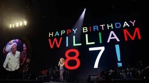 Shakira felicita a su padre en pleno concierto.