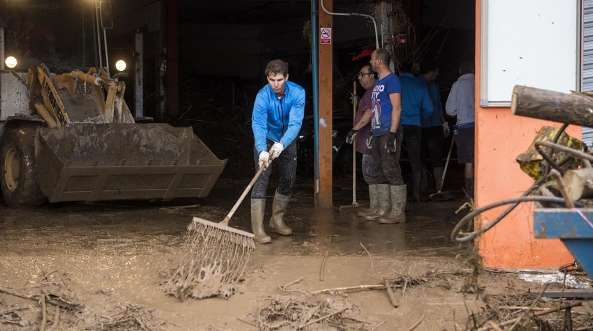 El tenista Rafael Nadal echando una mano retirando escombros enla localidad mallorquina de Sant Llorenç des Cardassara causa de las inundaciones.