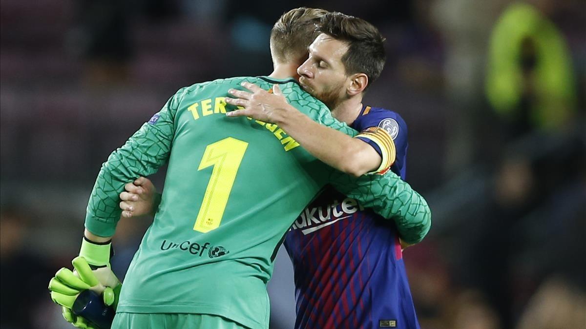 Ter Stegen y Messi se abrazan tras el triunfo del Barça sobre la Juve en el Camp Nou.