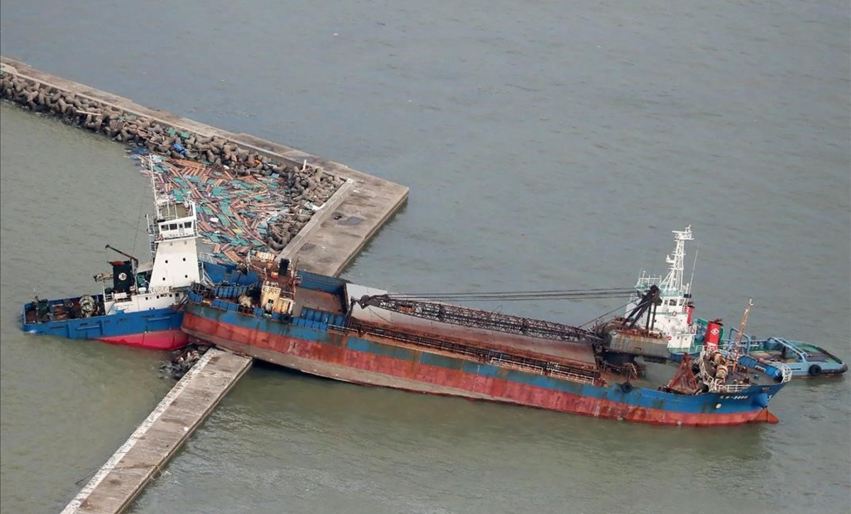 Un barco ha chocado con un rompeolas a causa de los fuertes vientos causados por el tifón Jebi en Nishinomiya.