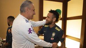 Tite saluda a Neymar en la concentración de la selección brasileña en Miami.