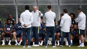 Tite, seleccionador brasileño, durante un entrenamiento de Brasil en Londres.