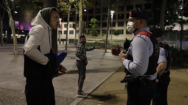 La noche de Barcelona se entrega al toque de queda.EL PERIÓDICO acompaña a patrullas de los Mossos y de la Guardia Urbana durante la segunda jornada de la prohibición.