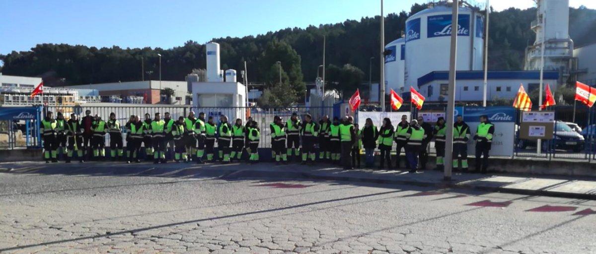 Trabajadores de Abelló Linde a las puertas de la planta de la empresa en Rubí