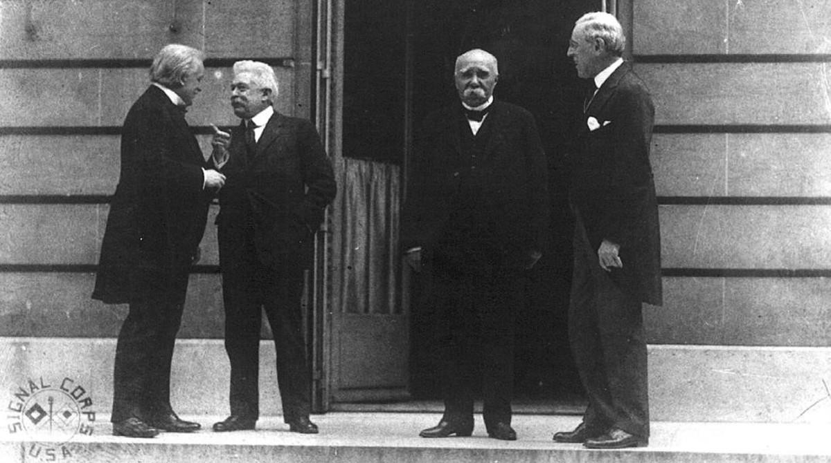 De izquierda a derecha, el primer ministro británico, Lloyd George; el ministrode Exteriores italiano, Giorgio Sonnino; el jefe del Gobierno francés, George Clemenceau, y el presidente de EEUU, Woodrow Wilson, en un momento de la firma del Tratado de Versalles, en 1919.