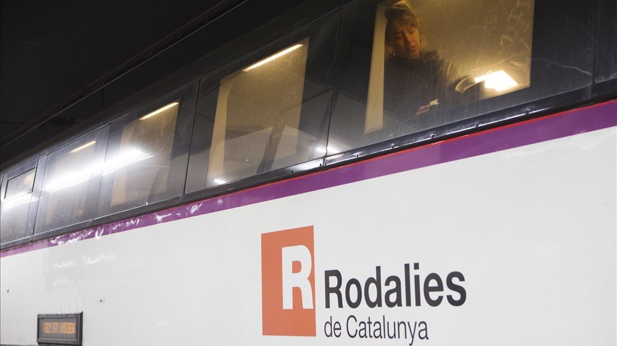 Un tren de Rodalies, a su paso por Barcelona.