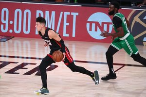 Tyler Herro conduce el balón perseguido por el jugador de los Celtics, Jaylen Brown