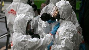 Una brigada de limpieza se protege antes de entrar en un centro de salud de Kirkland, Washington, donde se han registrado casos de coronavirus.