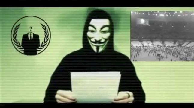 Una captura del vídeo publicado este lunes por Anonymous donde los activistas declaran la guerra total al Estado Islámico.