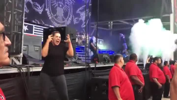 La intérprete de signos Lindsay Rothschild-Cross traduciendo la canción Ruin de Lamb of God durante un concierto.