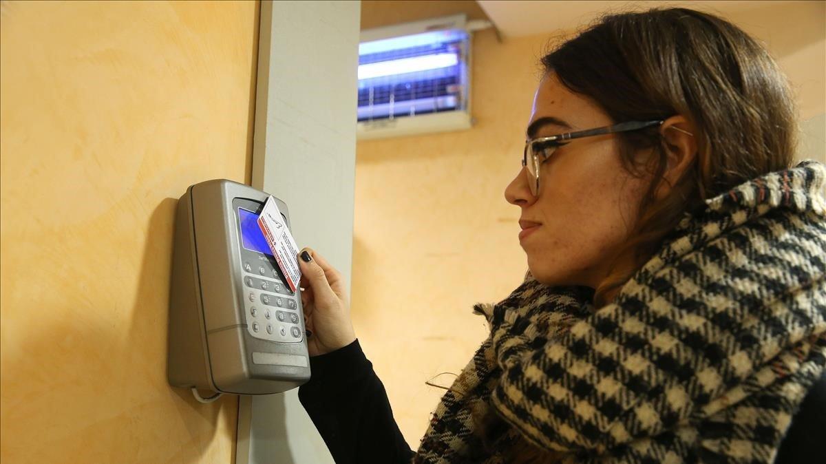 Una joven fichando la entrada en su empresa.