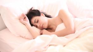 Una mujer en la cama.