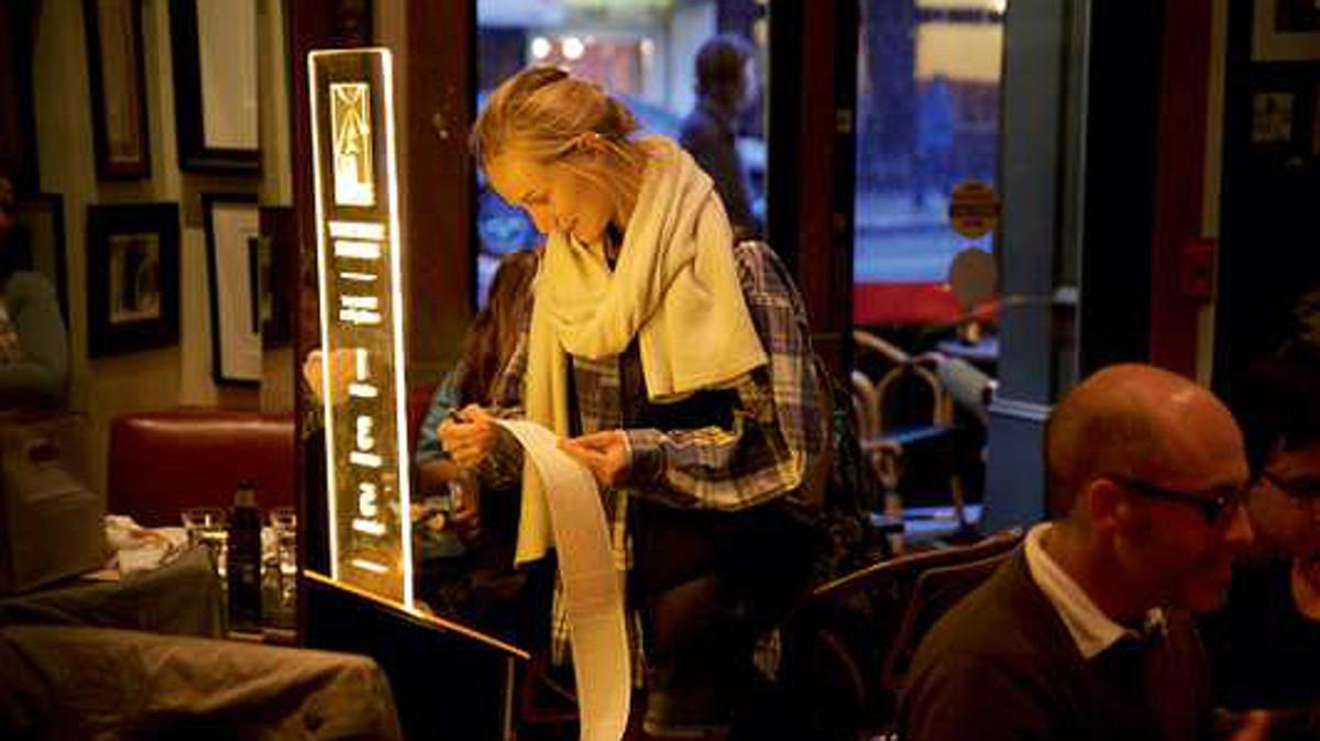 Una mujer prueba el dispensador de libros en el Café Zoetrope de San Francisco, propiedad de Coppola.