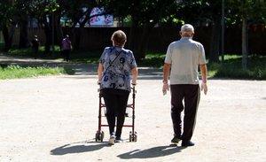 Una pareja pasea por el parque de Can Mercader de Cornellà, el pasado domingo