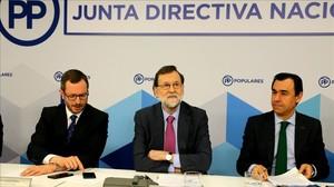 Mariano Rajoy, al inicio de la junta directiva nacional, entre el vicesecretario del PP Javier Maroto y el coordinador, Fernando Martínez-Maillo, este lunes en Madrid.