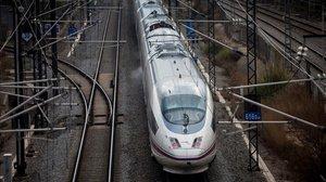 Un trenAVE saliendo de Barcelona.